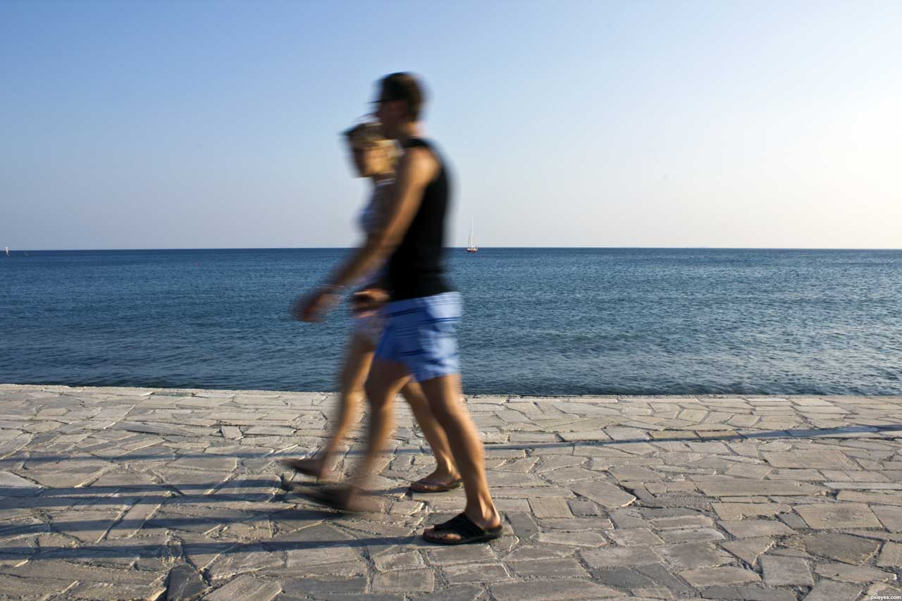 Esempio reale di motion blur. Fonte: http://www.pxleyes.com/photography-picture/507071fc0b4da/Walking-by.html
